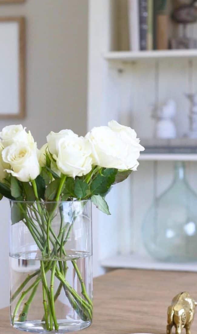 000406aebca VALGED ROOSID. 25.00€. Valged roosid kulleriga jõuavad saajani spetsiaalses lillede  saatmiseks ...